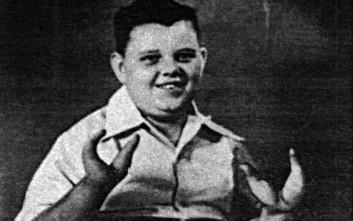 Το αγόρι-αστακός που έβαψε τις δαγκάνες του με αίμα