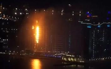 Φλόγες «καταπίνουν» πολυτελές κτίριο στο τεχνητό νησί του Ντουμπάι