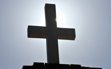 Υπουργός βάφτισε το γιο του σε νεκροταφείο