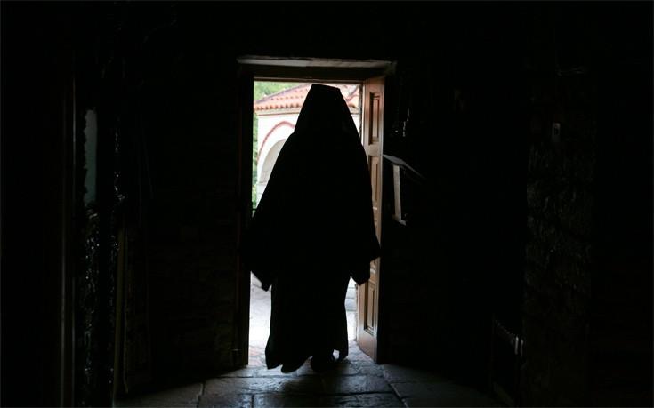 Ελεύθερος ο ιερέας που πλήρωνε μάνα για να ασελγεί στην κόρη της – Newsbeast