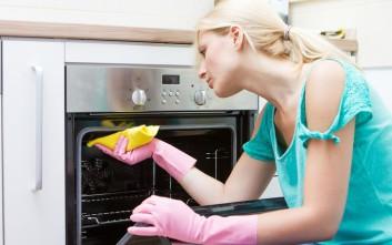 Πώς καθαρίζουμε τον φούρνο από τα επίμονα λίπη και τις βρομιές