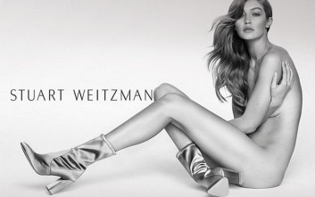 Η Gigi Hadid μόνο με τα μποτίνια της