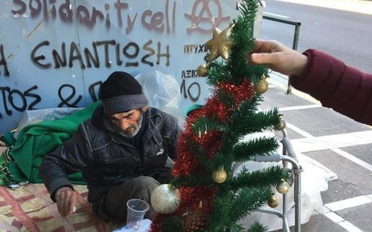 Μοίρασαν χριστουγεννιάτικα δέντρα σε άστεγους και ξεσήκωσαν αντιδράσεις