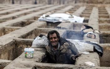 Άστεγοι Ιρανοί βρίσκουν καταφύγιο από το κρύο… σε άδειους τάφους