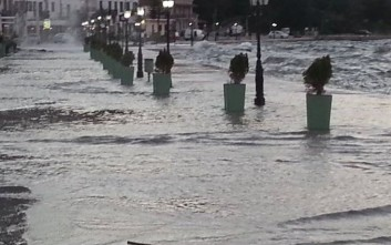 Η θάλασσα στη Βόνιτσα βγήκε στη… στεριά