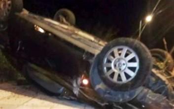 Τούμπαρε αυτοκίνητο πάνω στις γραμμές του ΟΣΕ έξω από τη Λάρισα