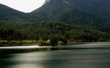 Η τεχνητή λίμνη ανάμεσα σε δύο βουνά