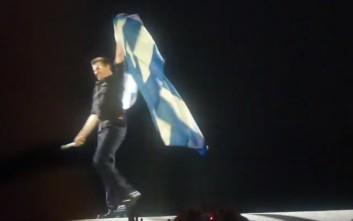 Ο Τζορτζ Μάικλ τυλιγμένος με την ελληνική σημαία σε εμφάνισή του στην Ελλάδα