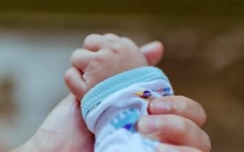 Γυναίκα γέννησε μόνη της και το μωρό έπεσε στη λεκάνη