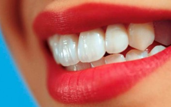 Τέσσερις τροφές που λευκαίνουν τα δόντια
