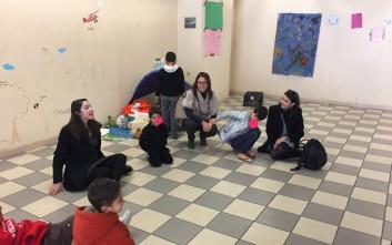 Παιχνίδια, βιβλία και μπάλες στα προσφυγόπουλα του Ελληνικού