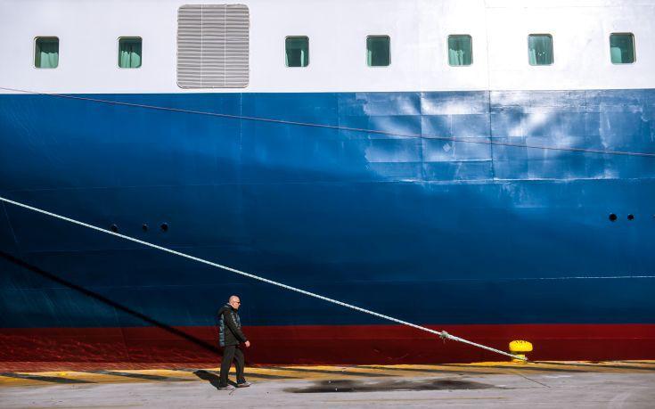 Παραμένουν δεμένα στα λιμάνια τα πλοία
