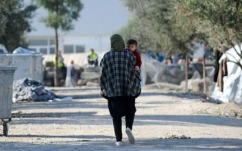 Την επαναπρόσληψη του διευθυντή της δομής του Καρά Τεπέ ζητούν εκατοντάδες μετανάστες