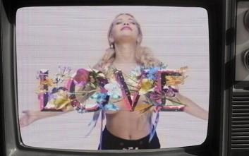Ο topless χορός της Rita Ora