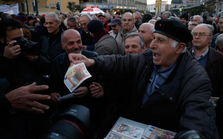 Οι συνταξιούχοι μοίρασαν… ευρώ στο κέντρο της Αθήνας