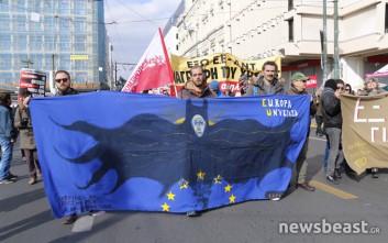 Ο «Μαυρογιαλούρος» Τσίπρας και ένα «Σ' αγαπώ Ειρήνη» στη διαδήλωση της ΑΔΕΔΥ