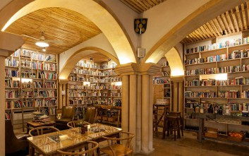 Το εντυπωσιακό ξενοδοχείο με τους 45.000 τίτλους βιβλίων