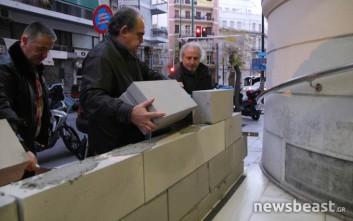 Εργαζόμενοι στα νοσοκομεία χτίζουν την είσοδο του υπουργείου Υγείας