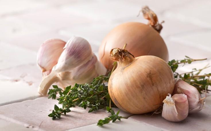Ξεφλουδίστε χωρίς κόπο σκόρδα και κρεμμύδια