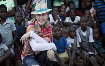 Η Daily Mail αποζημιώνει τη Μαντόνα για τη δημοσίευση στοιχείων των διδύμων