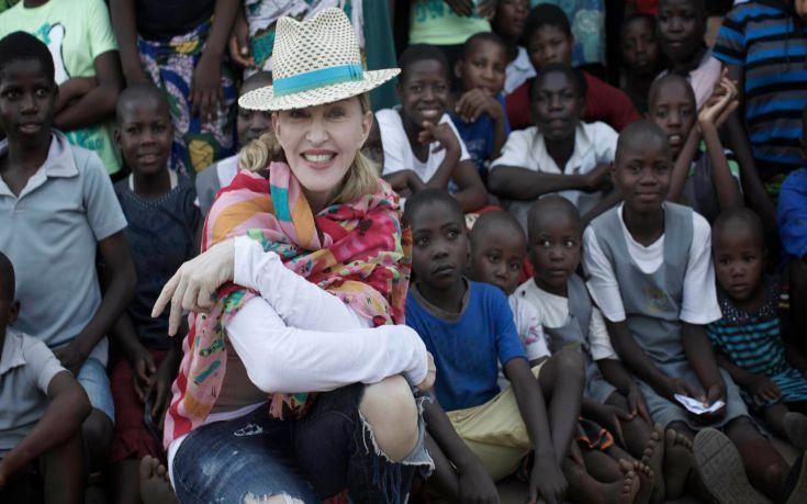 Διαψεύδει η Μαντόνα πως πήγε στο Μαλάουι για να υιοθετήσει δυο παιδάκια