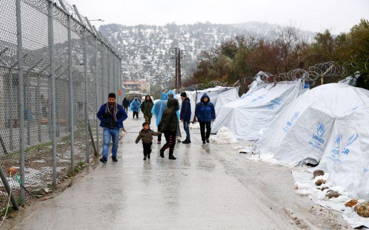 Έστειλαν με C-130 προστατευτικά πάνελ για τις σκηνές των προσφύγων στη Μόρια