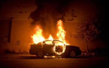 Θεσσαλονίκη: Δύο οχήματα τυλίχθηκαν στις φλόγες τα ξημερώματα