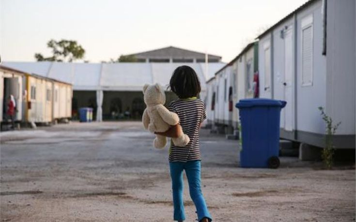Λιγότερα από τα μισά παιδιά των προσφύγων εγγράφονται στο σχολείο