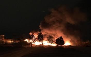 Μαίνεται η φωτιά και συνεχίζονται οι εκρήξεις στην αποθήκη ελαστικών στον Ταύρο