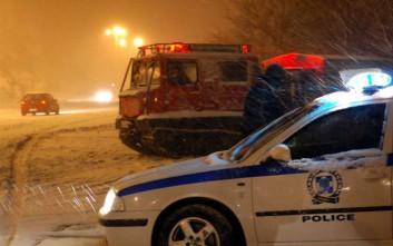 Πυροσβέστες προσφέρουν βοήθεια στους εγκλωβισμένους στην Πατρών– Κορίνθου