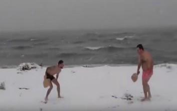 Έπαιξαν ρακέτες με μαγιό σε χιονισμένη παραλία της Θεσσαλονίκης