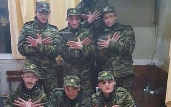 Νεοσύλλεκτοι στρατιώτες φωτογραφήθηκαν να σχηματίζουν τον αλβανικό αετό