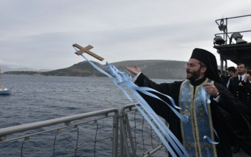 Με «χαρτί γιατρού» και «κόσμιο ένδυμα κολύμβησης» οι πιστοί για τον σταυρό στη Ρόδο