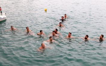 Τολμηροί κολυμβητές σχημάτισαν τον σταυρό στα παγωμένα νερά του Ηρακλείου
