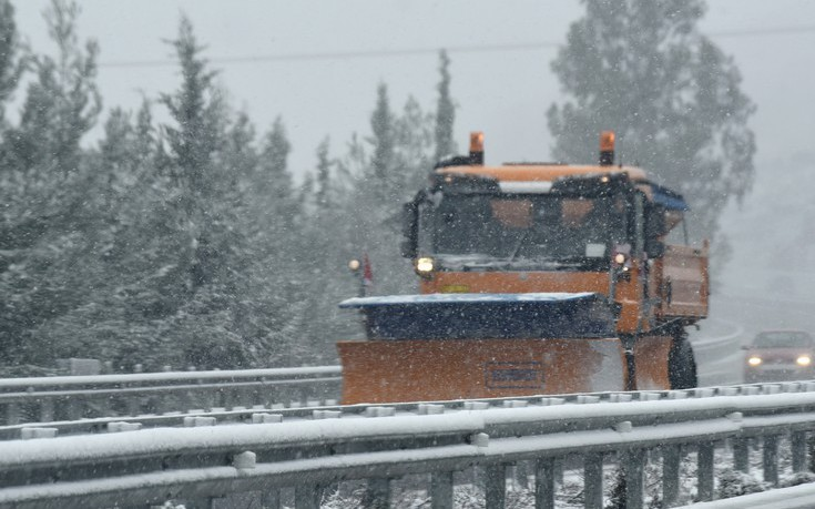 Στο έλεος ισχυρού χιονιά η μισή Ελλάδα