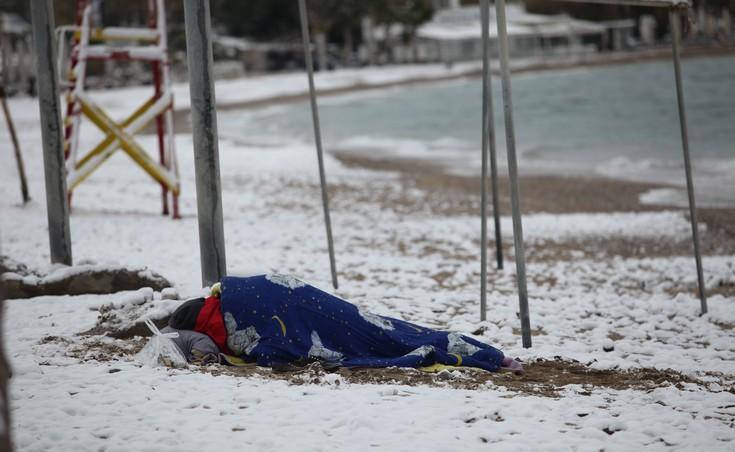 Ο άστεγος που «έστρωσε» στη χιονισμένη παραλία του Παλαιού Φαλήρου