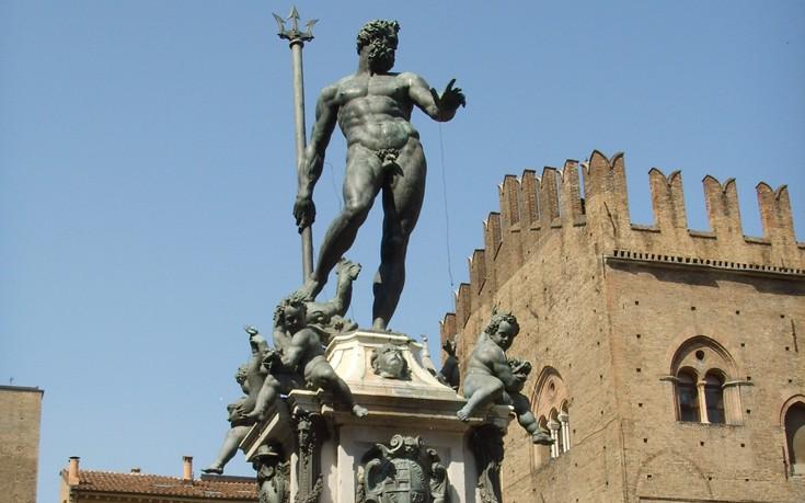 Μπλόκο από το facebook σε γυμνό άγαλμα του Ποσειδώνα