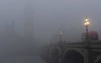 Τοπίο στην ομίχλη το Λονδίνο
