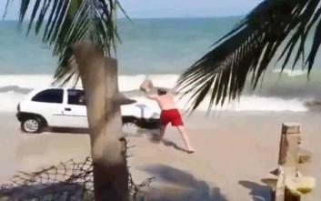 Έξαλλος λουόμενος ρίχνει βράχο σε Ι.Χ. που γκαζώνει στην παραλία