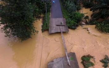 Κατέρρευσαν δύο γέφυρες στην Ταϊλάνδη από την κακοκαιρία