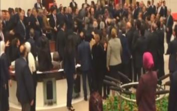 Τούρκοι βουλευτές ήρθαν στα χέρια για τη συνταγματική αναθεώρηση