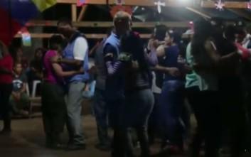 Μέλη των Ηνωμένων Εθνών στην Κολομβία χορεύουν αγκαλιά με αντάρτισσες της FARC