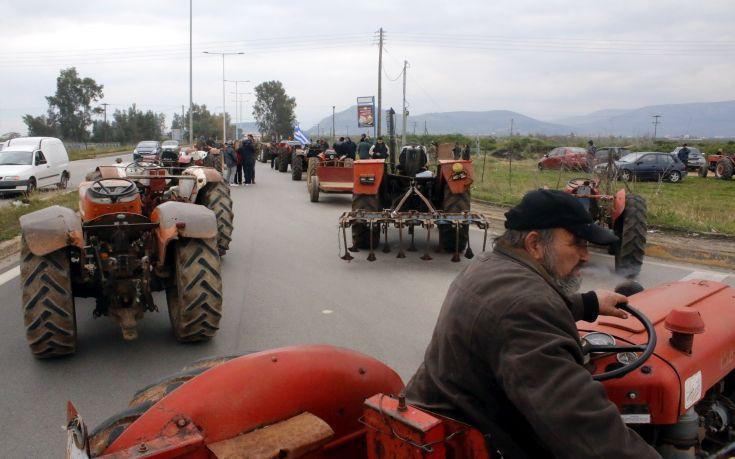 ΑΓΡΟΤΕΣ: Με δίωρους αποκλεισμούς στήνονται τα πρώτα αγροτικά μπλόκα
