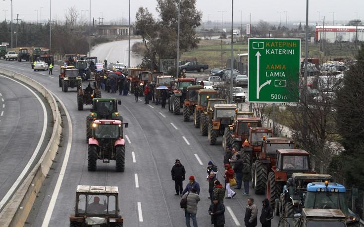 ΑΓΡΟΤΙΚΑ ΜΠΛΟΚΑ: Κλειστή από αγρότες η εθνική οδός στον κόμβο της Νίκαιας
