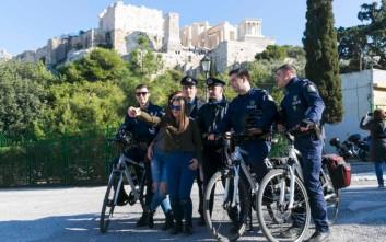 Η selfie των αστυνομικών με νεαρές στην Ακρόπολη