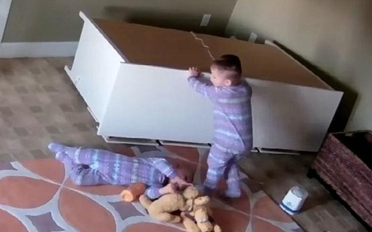 Αγόρι δύο ετών βοηθά τον αδελφό του να απελευθερωθεί από πεσμένο έπιπλο