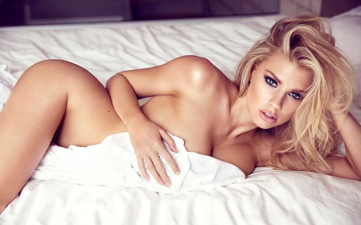 Η Charlotte McKinney γυμνή με ένα σεντόνι