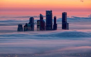 Τα κτήρια που «επιπλέουν» πάνω από την ομίχλη