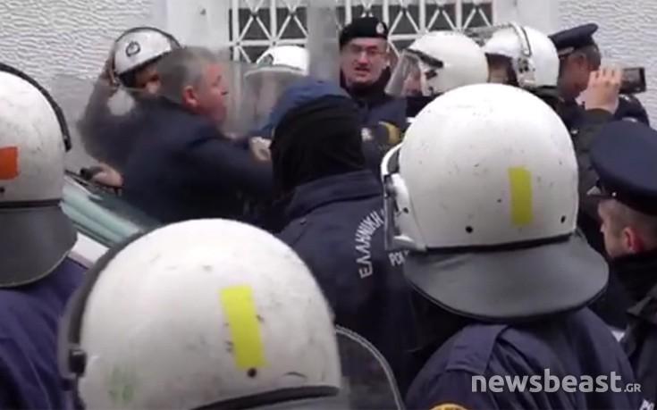 Άναψαν τα αίματα στη συγκέντρωση της ΠΟΕΔΗΝ, τα ΜΑΤ δεν αφήνουν τους διαδηλωτές να περάσουν