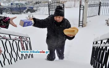 Φούρναρης μοιράζει ψωμί και γάλα στους αποκλεισμένους των Τρικάλων